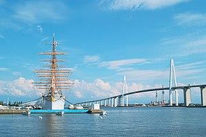 新湊大橋と帆船海王丸