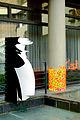 Silhouetten Türsteher Museumswärter des Lichtbildhauers Franz Betz zur Ausstellung Strich-Code 2012 im Hof Historisches Museum Hannover.jpg