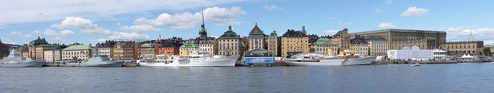 Skeppsbroraden den 19 juni 2010, dagen for Brylluppet mellem kronprinsesse Victoria og Daniel Westling.   Ved kajen ankrer (fra venstre til højre) HMS Härnösand, HDMS Viben, det norske kongeskib Norge og danske Dannebrogen (til højre).