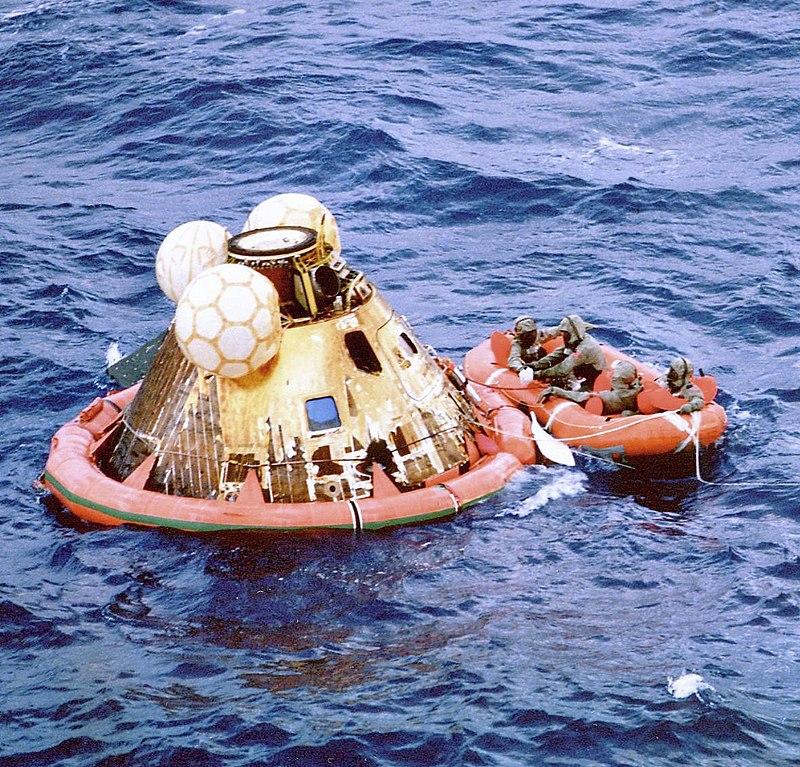 ขณะทำการกู้ภัย crew module ของนักบินทั้ง 3 ที่กลับมาโลกได้อย่างปลอดภัย ภาพโดย NASA