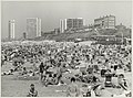 Strand ter hoogte van de Boulevard Paulus Loot, ziende naar het noorden en links Hotel Bouwes. NL-HlmNHA 54012252.JPG