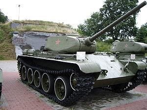 T-44A-tanko sur ekrano en Brest, Belorusio.