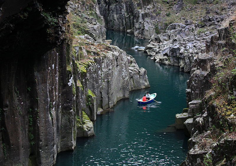 https://upload.wikimedia.org/wikipedia/commons/thumb/2/28/Takachiho-kyo%28Gorge%29_-_River_-_%E5%B7%9D.jpg/800px-Takachiho-kyo%28Gorge%29_-_River_-_%E5%B7%9D.jpg