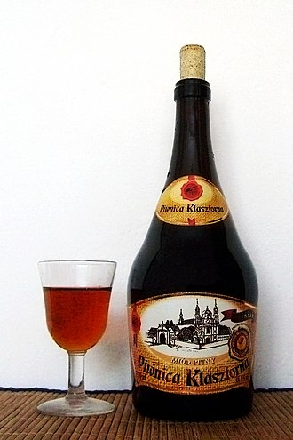 Mead in Poland - A bottle and a glass of trójniak mead