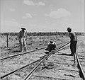 Tropenmuseum Royal Tropical Institute Objectnumber 20007181 Het onderhouden van de spoorbaan op p.jpg