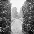 Tuinornament in Rosarium ten noorden van het kasteel - Breukelen - 20041929 - RCE.jpg