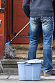Un homme passant la serpillière sur les marches d'un bar.jpg