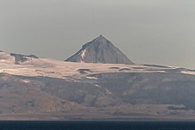 Sopka Pogramni (6569 stop, 2002 m) při pohledu z průsmyku Unimak v ranním světle.