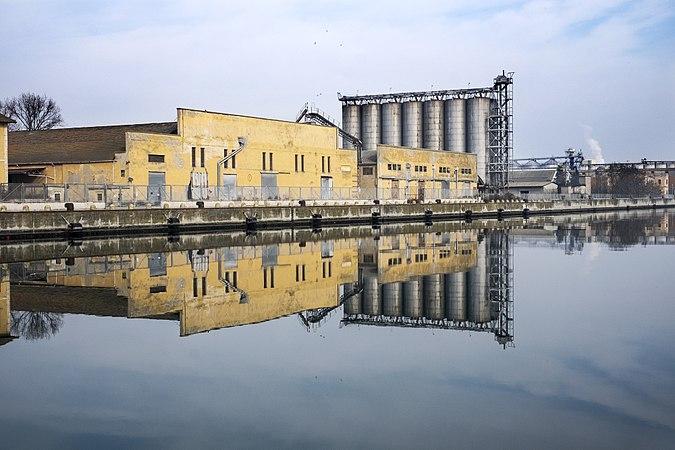 Vecchia fabbrica con riflesso.jpg