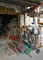 Vente de balais à Udaipur.jpg