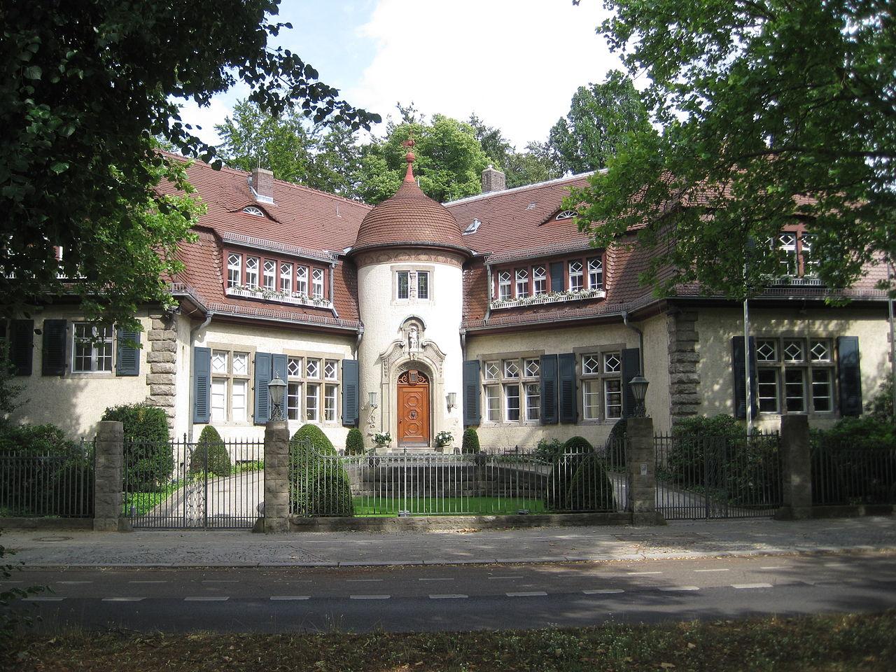 File:VillaStraussB-Dahlem.JPG