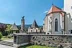 Weitensfeld Pfarrkirche hl Johannes Evangelist Apsis und Kriegerdenkmal 19072017 0221.jpg