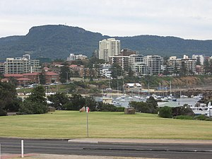 Mount Keira vom Hafen Wollongong