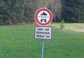 Zeichen 252 - Verbot für Krafträder, auch mit Beiwagen und Zusatzzeichen 1026-38 - Land- und forstwirtschaftlicher Verkehr frei, StVO 1970 und StVO 1970 (Novelle 1992).png