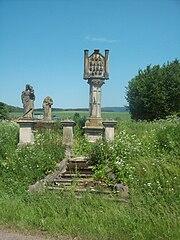 Sloup s reliéfem Čtrnácti svatých pomocníků a sochami světců a andílků