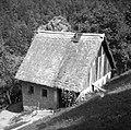 """""""Bajta"""" majhna hiša za gostje Vojska harija """"za krogam"""" Cerkljanski Vrh 1954 (cropped).jpg"""