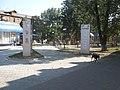 Дитяча площадка і дошка пошани біля будинку Жмеринської районної ради.jpg