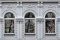 Дом главный, окна фасада с лепным декором.jpg