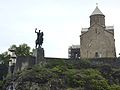 018 Tbilissi Eglise Méthéki de la Vierge et statue de Vorgang Gorgassali.JPG