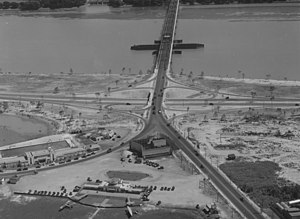 Hoover Field - Hoover Field (bottom and left) and Washington Airport (right) at the foot of Highway Bridge in 1932