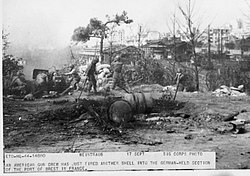 1944 09 17 american gun crew Brest.jpg