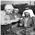 1947 - פועל ערבי ויהודי בהפסקת עבודות הבינוי-PHL-1089208.png