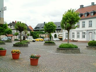 Dirmstein - Village centre: Castle Square (Schlossplatz) with (from right) Sturmfedersches Schloss (Town Hall), Café Kempf and the St. Michael Apothecary's rear building