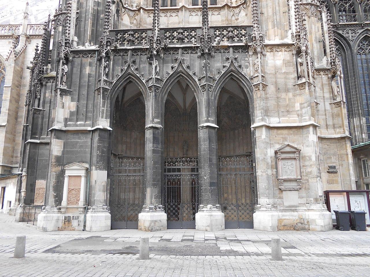 File:Adlertor am Stephansdom in Wien.jpg - Wikimedia Commons