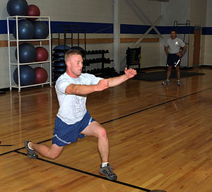 Lunge (exercise) - Image: Airman performing lunge