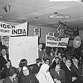 Aktie eten voor India , mensen met spandoeken in de zaal, Bestanddeelnr 918-8074.jpg