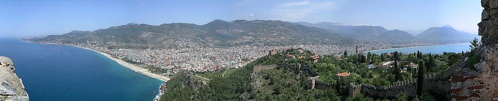 Veduta panoramica di Alanya, antico insediamento degli Ittiti ed il porto medievale della marina selgiuchida del Sultanato di Rum, famoso per la sua bellezza naturale ed i suoi monumenti storici.
