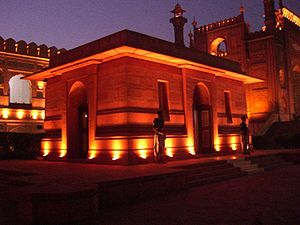 Allama Iqbal Tomb, Night time