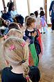 Altenzentrum Karl Flor, Familienkonferenz Wettbergen, (009) Kinder führen unter Anleitung einen bunten Schleiertanz vor.jpg