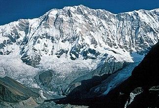Annapurna (Südwand). Der scheinbar höchste Punkt ist der Nordostgipfel, links daneben der Mittelgipfel und der Hauptgipfel.[1]
