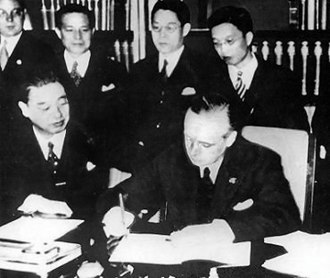 Joachim von Ribbentrop - Ribbentrop and the Japanese ambassador to Germany Kintomo Mushakoji sign the Anti-Comintern Pact, 25 November 1936