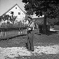 Anton Bevk, Dolenja Stara vas 44, pripovedovalec, na poti v hosto po preklje za slamnato streho 1952.jpg