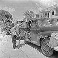 Arnold Berger met fotouitrusting bij een personenauto, Bestanddeelnr 255-1422.jpg