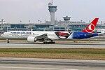 Atatürk Havalimanında Türk Hava Yolları Boeing 777 Batman Süpermen'e karşı logojet.jpg