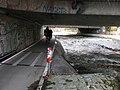 Ausfluss des Mühlbaches aus der Dreisam unter der Freiburger Schwabentorbrücke, Radweg FR 1 am Südu.jpg