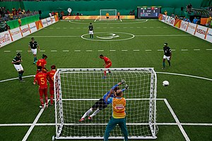 ace9fa03a628f Partido de fútbol para ciegos en los Juegos Paralímpicos de Río de Janeiro  2016. Detrás del arco puede verse al guía o llamador del equipo atacante.