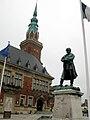 Bapaume hôtel-de-ville et statue Faidherbe 3.jpg
