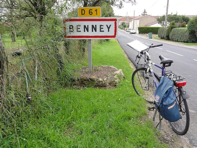Benney (M-et-M) city limit sign with bicycles