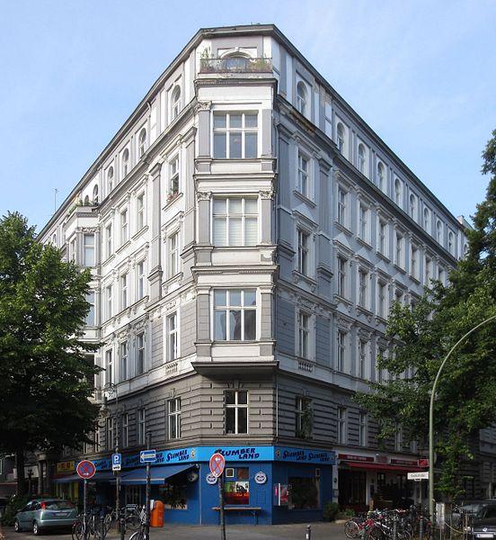 File:Berlin, Schoeneberg, Goltzstrasse 24, Mietshaus.jpg