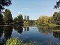 Blick über den Teich nach Westen. Im Hintergrund steht das 22-stöckige Wohnhochhaus Graetschelsteig 26.jpg