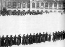 Los manifestantes disparados por la guardia frente alPalacio de Inviernoen elDomingo sangriento(reproducción).