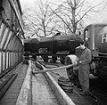 Bottelarij arbeider houdt toezicht terwijl de met goederenwagons en vrachtwagen, Bestanddeelnr 252-9432.jpg