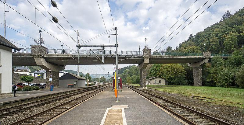 File:Bridge over railway line 1 in Clervaux 01.jpg