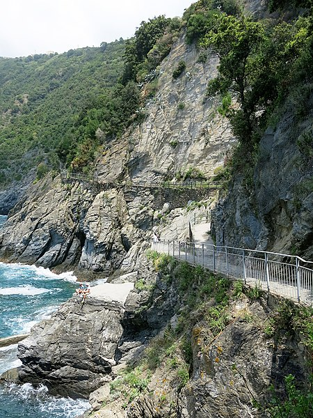 File:Broken path in Manarola to Corniglia.jpg