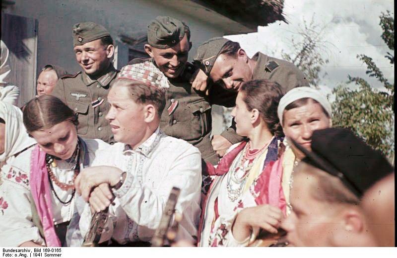 Bundesarchiv Bild 169-0165, Bei Poltawa, Ukrainier in Nationaltracht