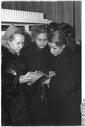 Elfriede Brüning - Brüning (left) in 1953